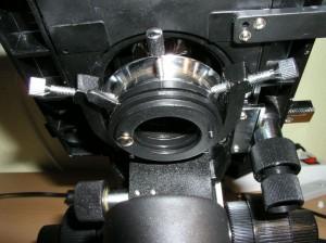 Hellfeldkondensor am Mikroskop mit Kondensorhalter von unten